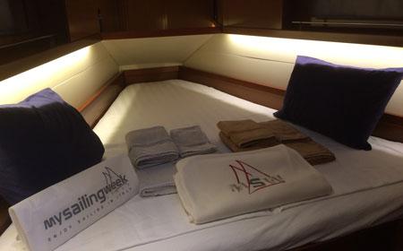 Bäddade sängar i förkabinen på Oceanis 41